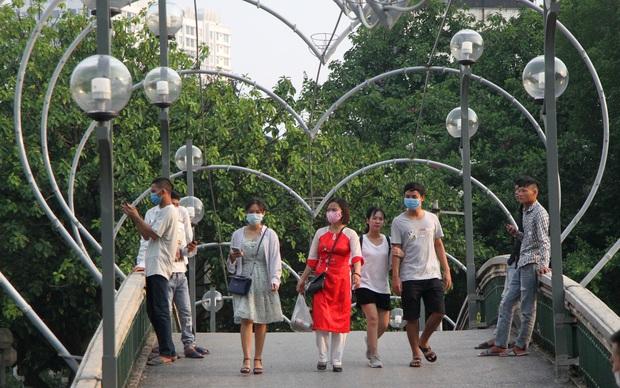 Ảnh, clip: Người Hà Nội đeo khẩu trang vui chơi Công viên Thủ Lệ ngày 2/9 - Ảnh 2.