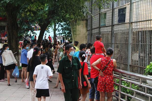Ảnh, clip: Người Hà Nội đeo khẩu trang vui chơi Công viên Thủ Lệ ngày 2/9 - Ảnh 4.