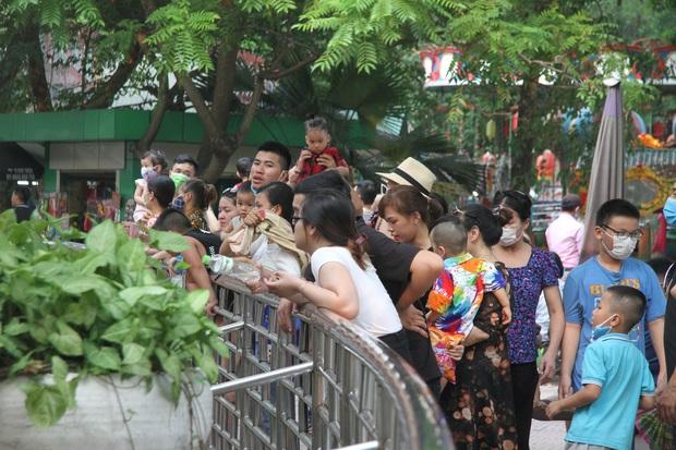Ảnh, clip: Người Hà Nội đeo khẩu trang vui chơi Công viên Thủ Lệ ngày 2/9 - Ảnh 3.