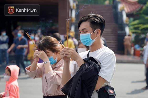 Chùm ảnh: Giới trẻ Sài Gòn đi lễ chùa mùa Vu Lan, cầu bình an và sức khoẻ cho cha mẹ - Ảnh 16.
