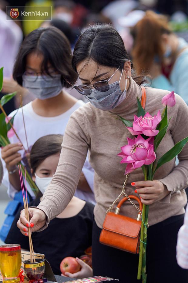 Chùm ảnh: Giới trẻ Sài Gòn đi lễ chùa mùa Vu Lan, cầu bình an và sức khoẻ cho cha mẹ - Ảnh 11.