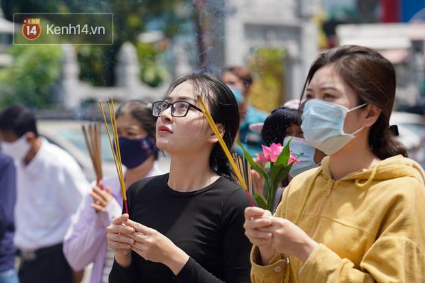 Chùm ảnh: Giới trẻ Sài Gòn đi lễ chùa mùa Vu Lan, cầu bình an và sức khoẻ cho cha mẹ - Ảnh 9.