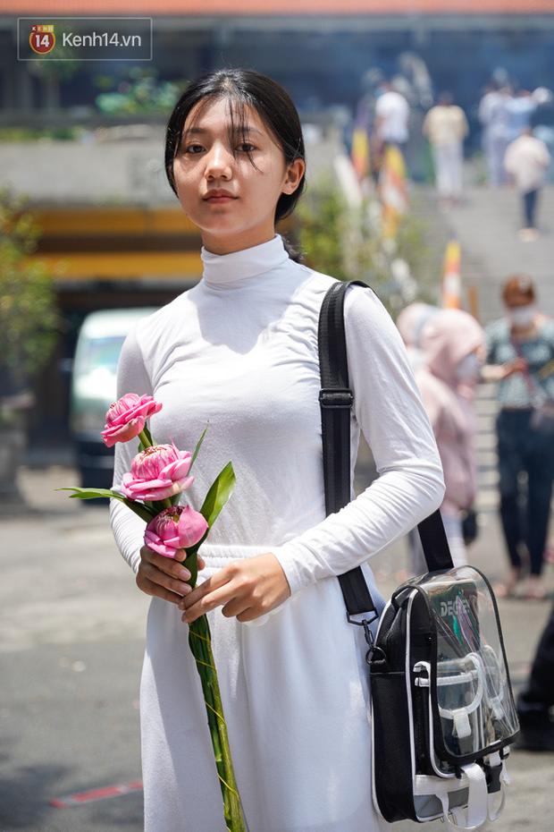 Chùm ảnh: Giới trẻ Sài Gòn đi lễ chùa mùa Vu Lan, cầu bình an và sức khoẻ cho cha mẹ - Ảnh 6.