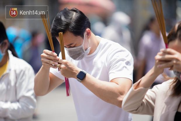 Chùm ảnh: Giới trẻ Sài Gòn đi lễ chùa mùa Vu Lan, cầu bình an và sức khoẻ cho cha mẹ - Ảnh 14.