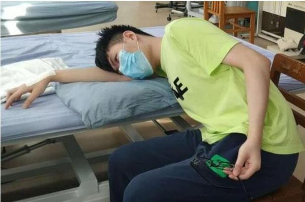 Gối đầu lên tay ngủ, chàng trai 22 tuổi suýt bị liệt cả cánh tay phải - Ảnh 1.