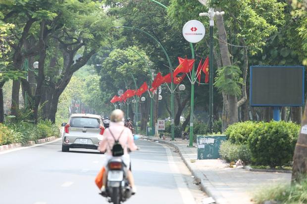 Ảnh: Phố phường Hà Nội rợp cờ hoa chào mừng Quốc khánh 2/9 - Ảnh 10.