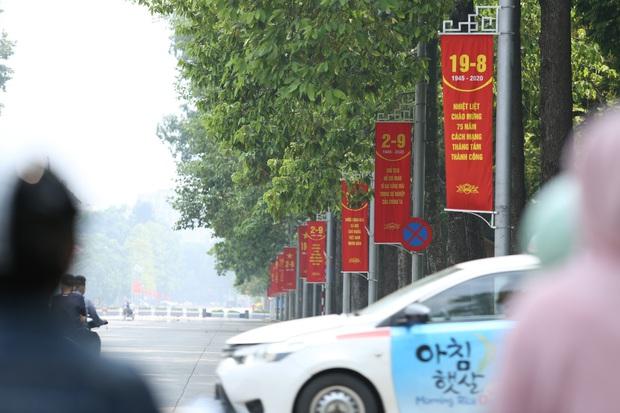 Ảnh: Phố phường Hà Nội rợp cờ hoa chào mừng Quốc khánh 2/9 - Ảnh 13.