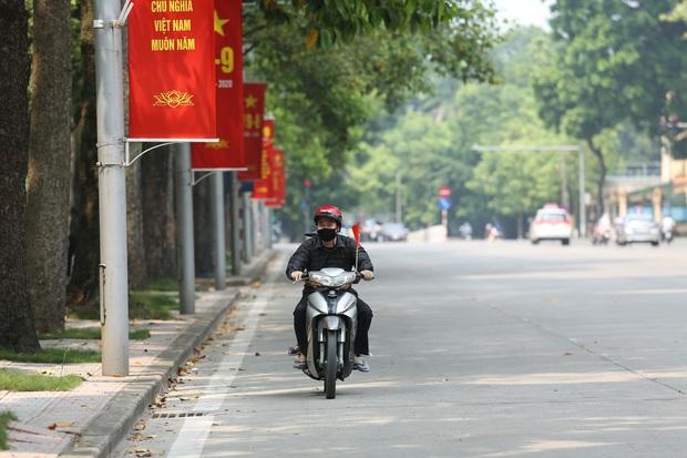 Ảnh: Phố phường Hà Nội rợp cờ hoa chào mừng Quốc khánh 2/9 - Ảnh 14.