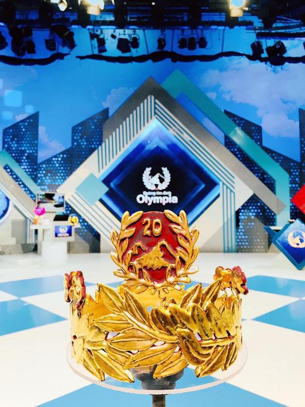 Cận cảnh vòng nguyệt quế sơn son thếp vàng dành riêng cho Quán quân Olympia 2020, danh tính người làm ra càng bất ngờ - Ảnh 1.