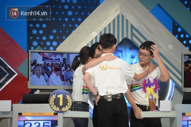 Sự thật về hình ảnh tranh cãi tại Chung kết Olympia 2020: Nữ Quán quân lủi thủi một góc nhìn 3 nam sinh ôm nhau - Ảnh 3.