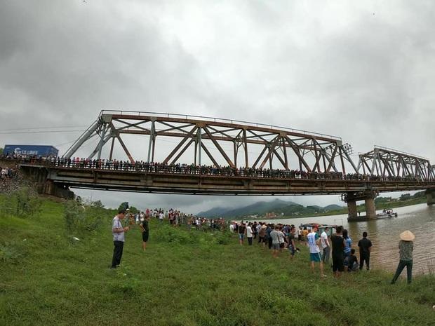 Bắc Giang: Cô gái trẻ đi xe ngã lọt xuống cầu, tài xế xe tải lao xuống cứu bất thành khiến 2 người tử vong - Ảnh 1.