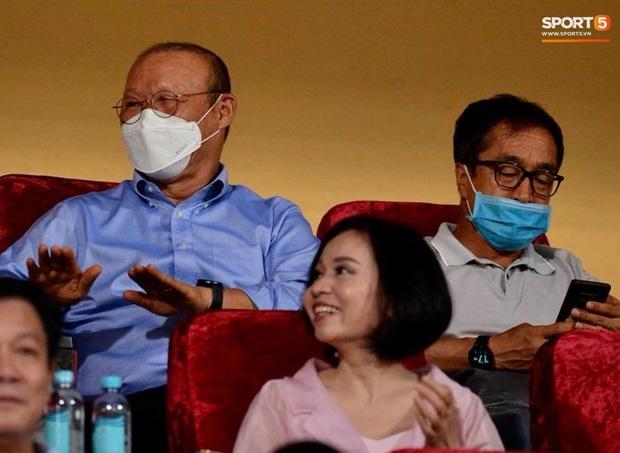 Á hậu Huyền My nổi bật, Khánh Linh tiếp lửa Tiến Dũng trên khán đài trận chung kết Cúp Quốc gia - Ảnh 6.