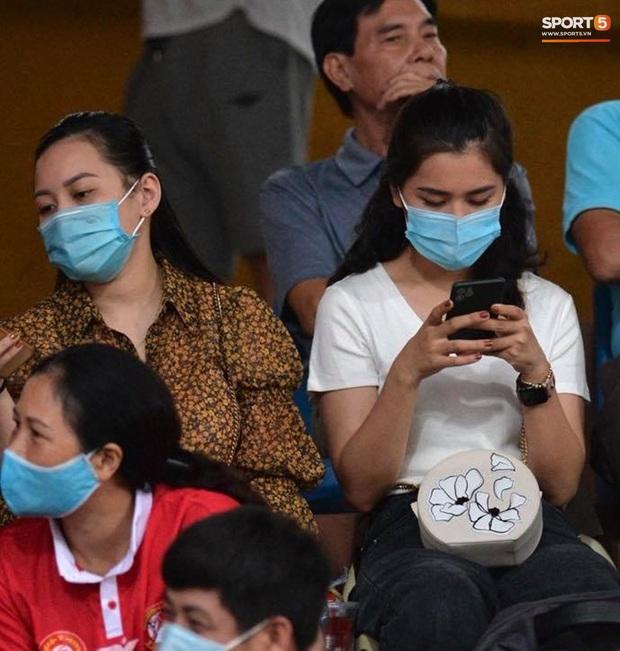 Á hậu Huyền My nổi bật, Khánh Linh tiếp lửa Tiến Dũng trên khán đài trận chung kết Cúp Quốc gia - Ảnh 4.
