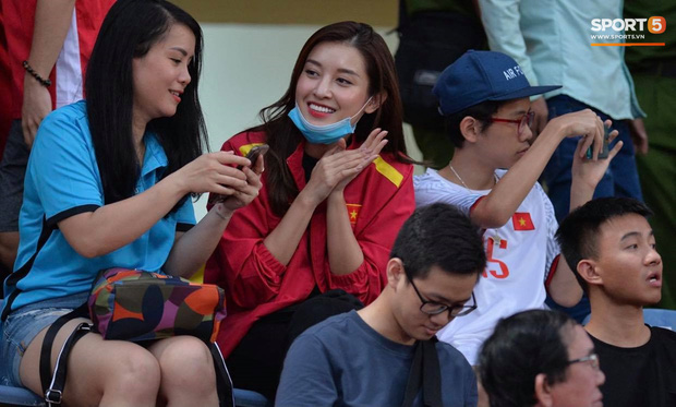 Á hậu Huyền My nổi bật, Khánh Linh tiếp lửa Tiến Dũng trên khán đài trận chung kết Cúp Quốc gia - Ảnh 2.