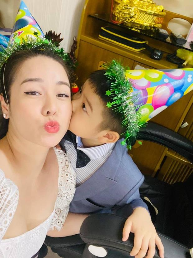 Nhật Kim Anh cuối cùng được gặp lại con, nhưng xót xa cảnh thuê khách sạn lén gặp bé và bị chồng cũ liên tục giám sát - Ảnh 7.