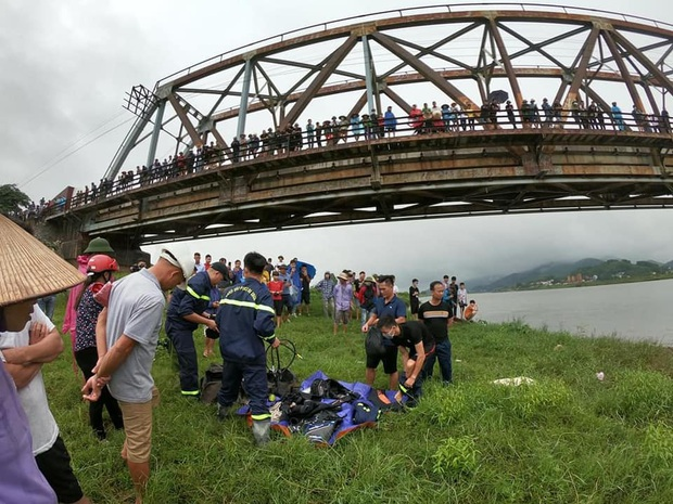 Bắc Giang: Cô gái trẻ đi xe ngã lọt xuống cầu, tài xế xe tải lao xuống cứu bất thành khiến 2 người tử vong - Ảnh 2.