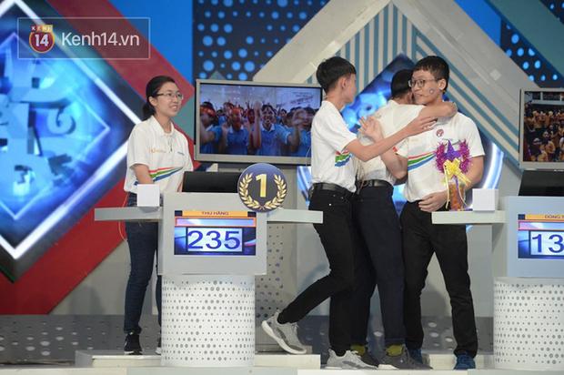 Sự thật về hình ảnh tranh cãi tại Chung kết Olympia 2020: Nữ Quán quân lủi thủi một góc nhìn 3 nam sinh ôm nhau - Ảnh 1.