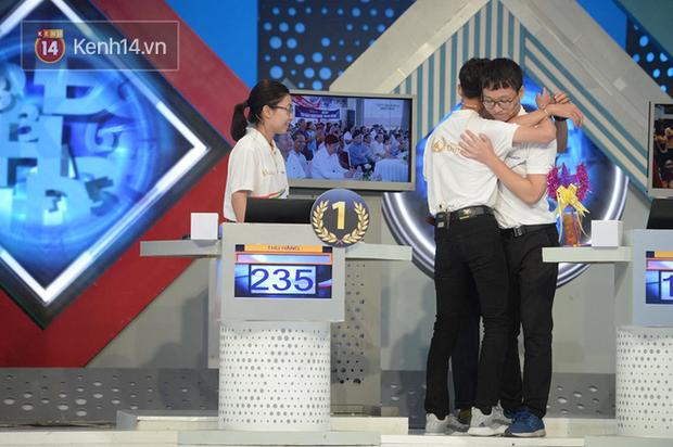 Sự thật về hình ảnh tranh cãi tại Chung kết Olympia 2020: Nữ Quán quân lủi thủi một góc nhìn 3 nam sinh ôm nhau - Ảnh 2.