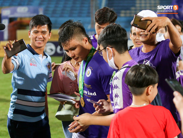 Quang Hải giành micro, hoá cơ trưởng hét tới khàn giọng sau khi giúp Hà Nội FC lập kỷ lục - Ảnh 9.