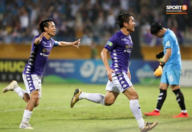 Hình ảnh đàn anh Duy Mạnh cần mẫn đứng quạt cho vợ và con gái, mặc kệ đồng đội ở Hà Nội FC ăn mừng - Ảnh 8.