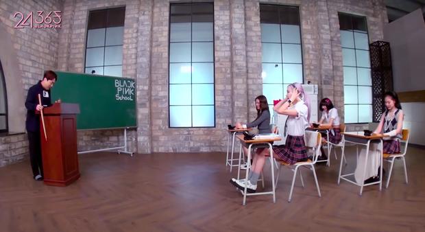Cười xỉu chuyện BLACKPINK… ăn vụng trong lớp học: Rosé lúi húi đun nước sôi úp mì, Jennie xài hẳn dao dĩa như ở nhà hàng - Ảnh 3.