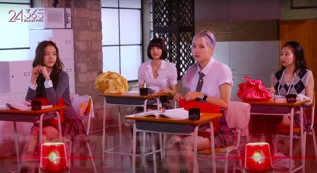 Cười xỉu chuyện BLACKPINK… ăn vụng trong lớp học: Rosé lúi húi đun nước sôi úp mì, Jennie xài hẳn dao dĩa như ở nhà hàng - Ảnh 5.
