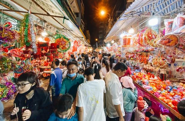 Người Sài Gòn đeo khẩu trang, đón Trung thu sớm trên phố lồng đèn - Ảnh 1.