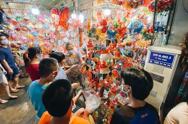 Người Sài Gòn đeo khẩu trang, đón Trung thu sớm trên phố lồng đèn - Ảnh 14.
