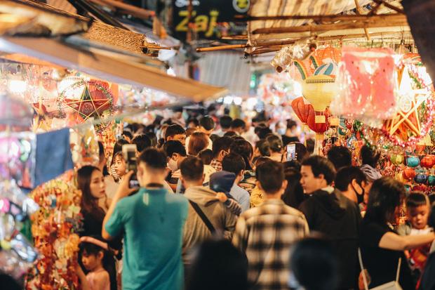Người Sài Gòn đeo khẩu trang, đón Trung thu sớm trên phố lồng đèn - Ảnh 2.