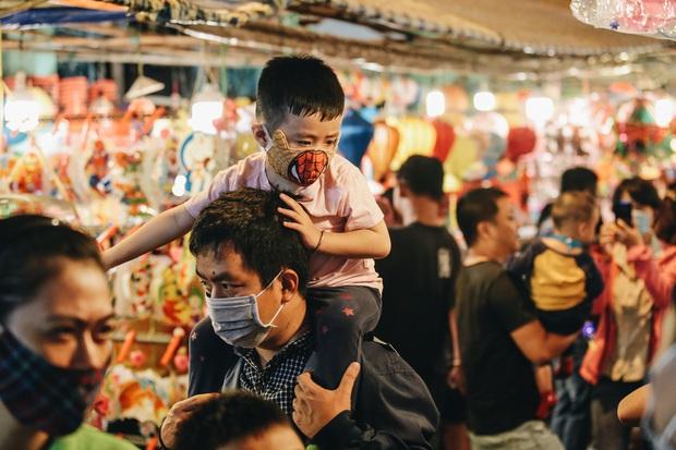 Người Sài Gòn đeo khẩu trang, đón Trung thu sớm trên phố lồng đèn - Ảnh 3.