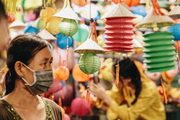 Người Sài Gòn đeo khẩu trang, đón Trung thu sớm trên phố lồng đèn - Ảnh 5.