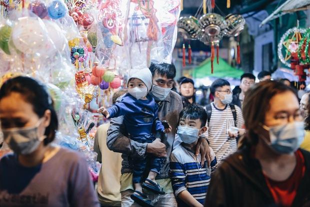 Người Sài Gòn đeo khẩu trang, đón Trung thu sớm trên phố lồng đèn - Ảnh 4.