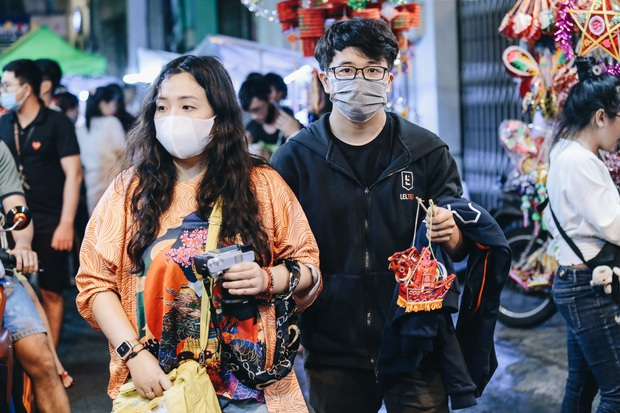 Người Sài Gòn đeo khẩu trang, đón Trung thu sớm trên phố lồng đèn - Ảnh 6.