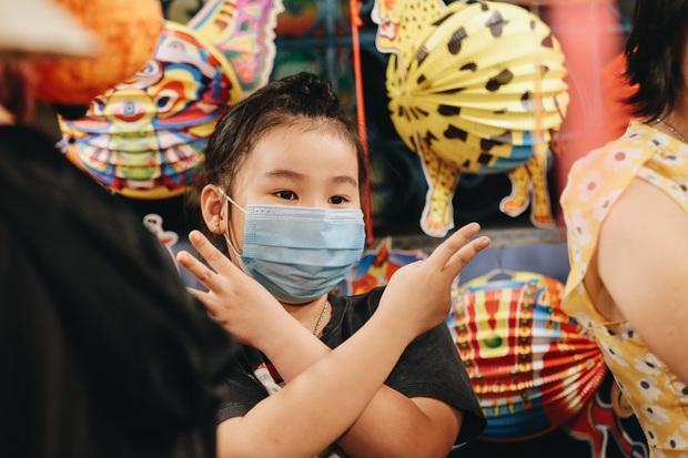 Người Sài Gòn đeo khẩu trang, đón Trung thu sớm trên phố lồng đèn - Ảnh 10.