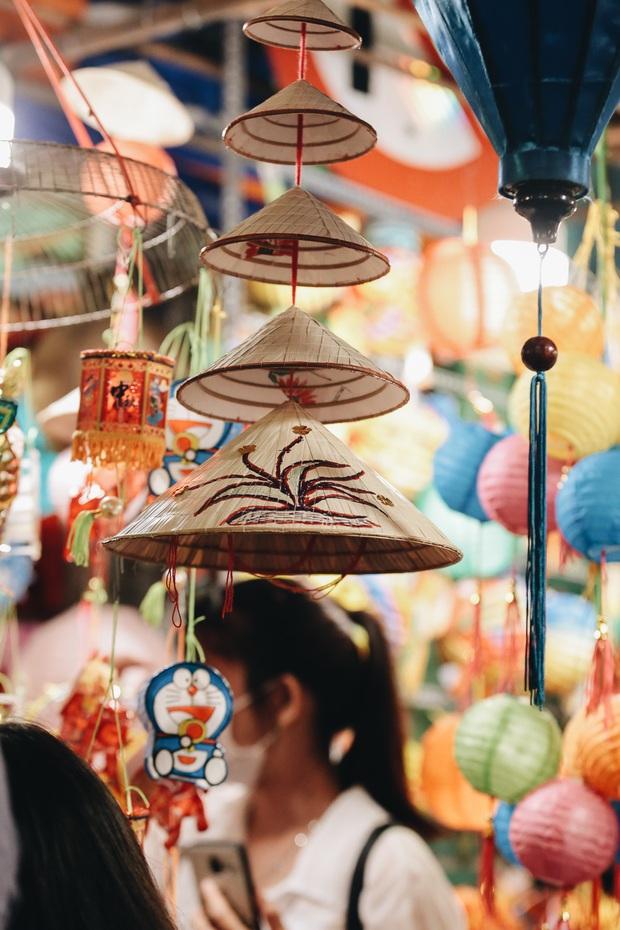 Người Sài Gòn đeo khẩu trang, đón Trung thu sớm trên phố lồng đèn - Ảnh 12.