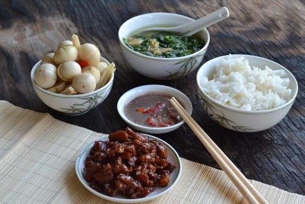 3 kiểu ăn cơm cực tai hại mà người Việt cần phải từ bỏ ngay trước khi làm mòn bao tử và rước thêm cả tá bệnh cho mình - Ảnh 1.