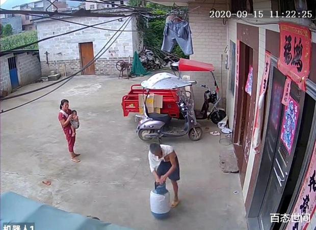 Con dâu vừa bế con vừa ẩu đả với bố chồng, phẫn nộ hơn là hành động dùng gạch đập vào bình gas trước cửa nhà - Ảnh 1.