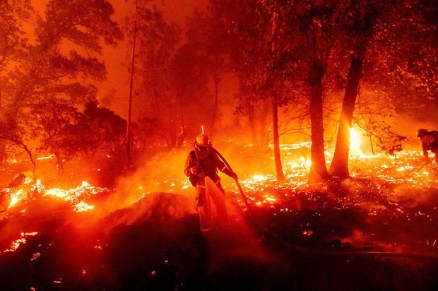 Hoả ngục bất thường ở Mỹ: Lốc xoáy lửa liên tiếp, cột khói cao khủng khiếp - Ảnh 1.