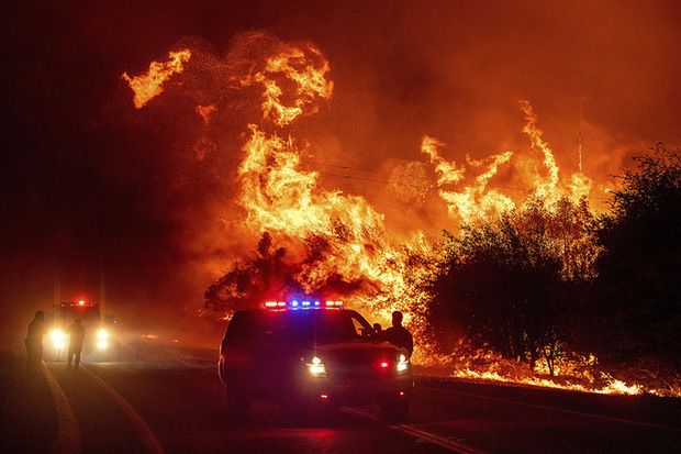 Hoả ngục bất thường ở Mỹ: Lốc xoáy lửa liên tiếp, cột khói cao khủng khiếp - Ảnh 2.