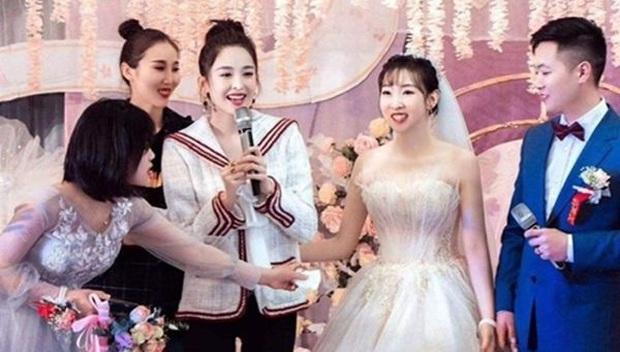 Dàn sao Hoa ngữ khi được mời tới dự tiệc cưới: Người để mặt mộc mặc đồ siêu giản dị, kẻ bị chỉ trích vì chiếm sóng của nhân vật chính - Ảnh 3.