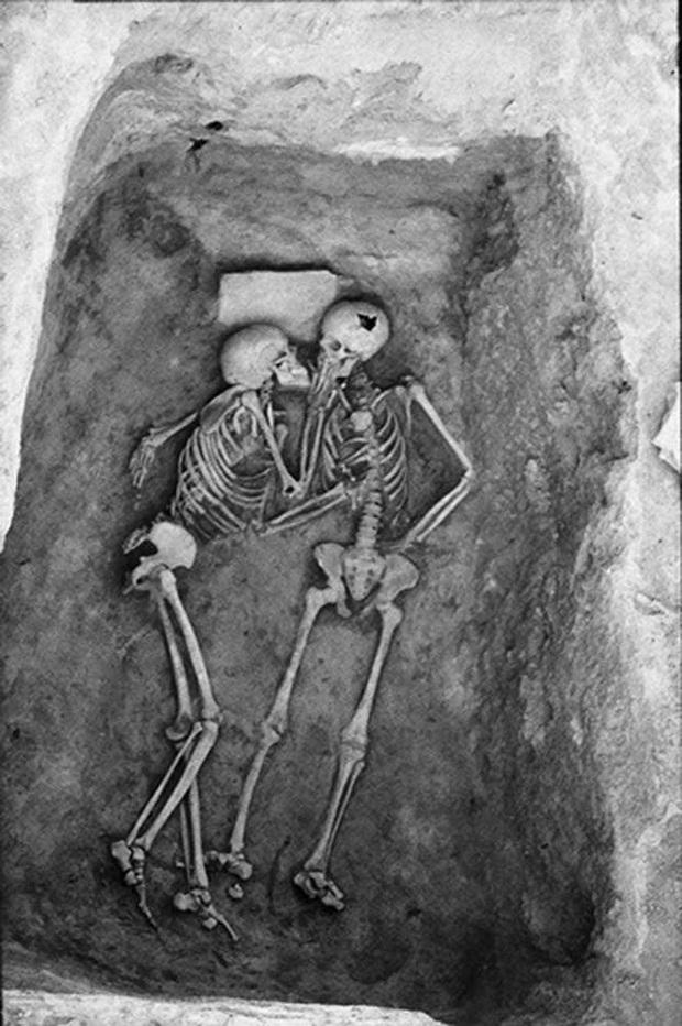Phát hiện bộ hài cốt 2.800 năm tuổi, các nhà khoa học sửng sốt vì tư thế lạ, hé lộ chuyện tình của người xưa khiến con cháu ngày nay phải nể - Ảnh 1.