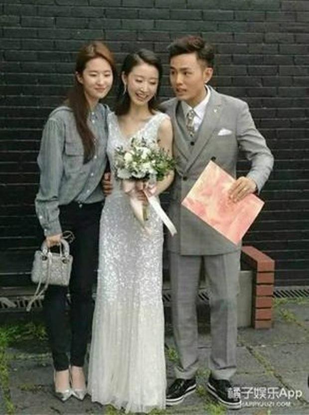 Dàn sao Hoa ngữ khi được mời tới dự tiệc cưới: Người để mặt mộc mặc đồ siêu giản dị, kẻ bị chỉ trích vì chiếm sóng của nhân vật chính - Ảnh 7.
