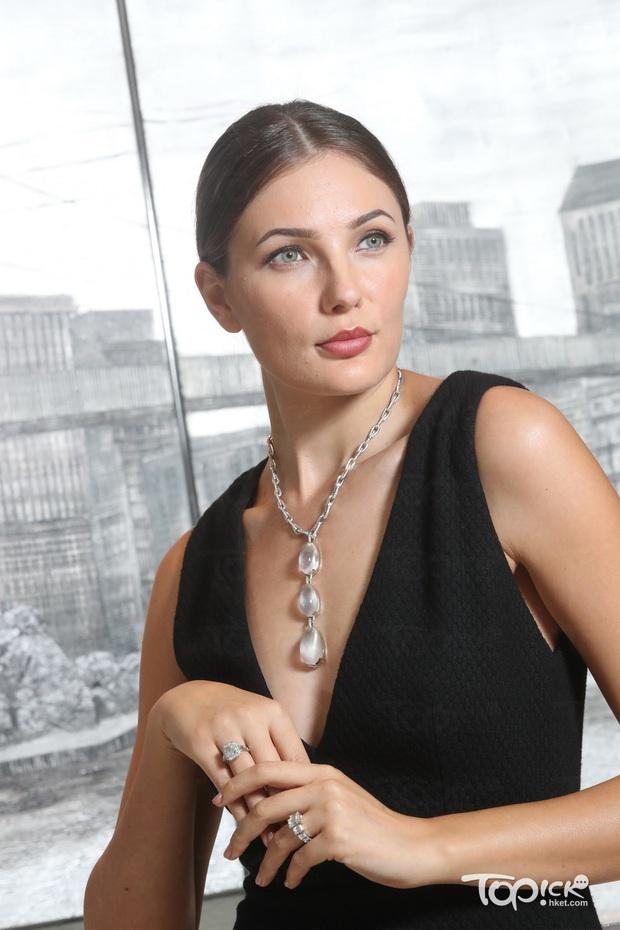 """Nể Rosé: Hôm trước mới diện vòng cổ 20 tỷ, giờ """"quất"""" hẳn nhẫn kim cương hơn 100 tỷ mới sốc - Ảnh 4."""