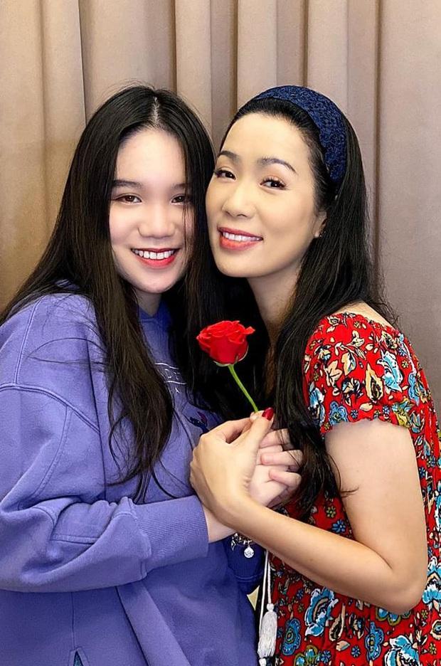 Xuất hiện trong loạt ảnh kỷ niệm 2 thập kỷ hôn nhân của bố mẹ, nhan sắc 2 ái nữ nhà NS Trịnh Kim Chi trở thành tâm điểm - Ảnh 6.