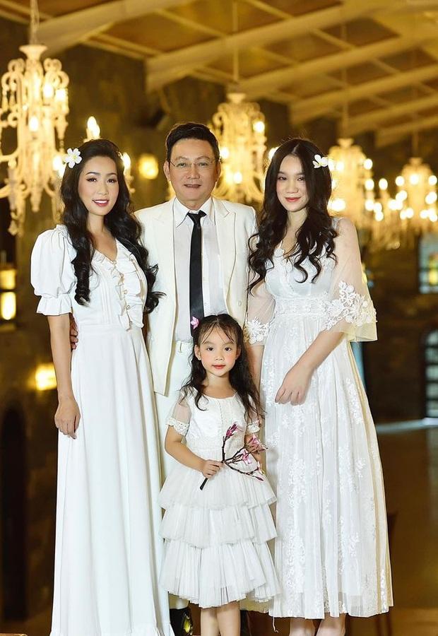 Xuất hiện trong loạt ảnh kỷ niệm 2 thập kỷ hôn nhân của bố mẹ, nhan sắc 2 ái nữ nhà NS Trịnh Kim Chi trở thành tâm điểm - Ảnh 5.