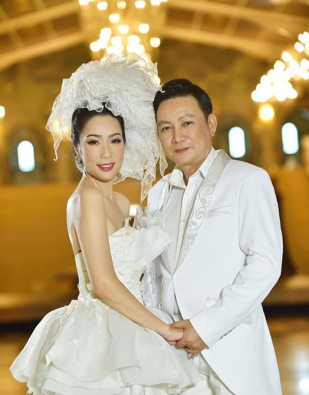 Xuất hiện trong loạt ảnh kỷ niệm 2 thập kỷ hôn nhân của bố mẹ, nhan sắc 2 ái nữ nhà NS Trịnh Kim Chi trở thành tâm điểm - Ảnh 2.