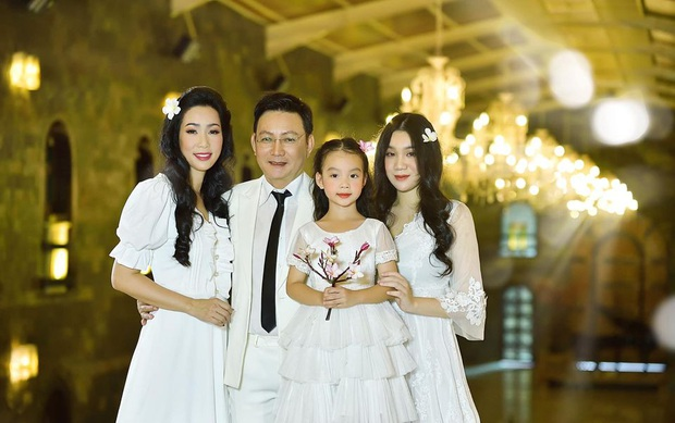 Xuất hiện trong loạt ảnh kỷ niệm 2 thập kỷ hôn nhân của bố mẹ, nhan sắc 2 ái nữ nhà NS Trịnh Kim Chi trở thành tâm điểm - Ảnh 4.