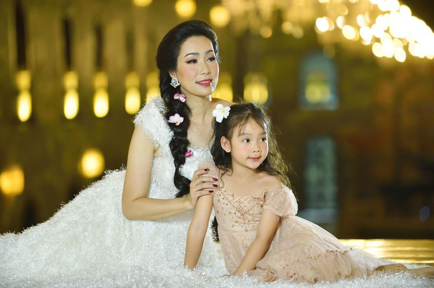Xuất hiện trong loạt ảnh kỷ niệm 2 thập kỷ hôn nhân của bố mẹ, nhan sắc 2 ái nữ nhà NS Trịnh Kim Chi trở thành tâm điểm - Ảnh 7.