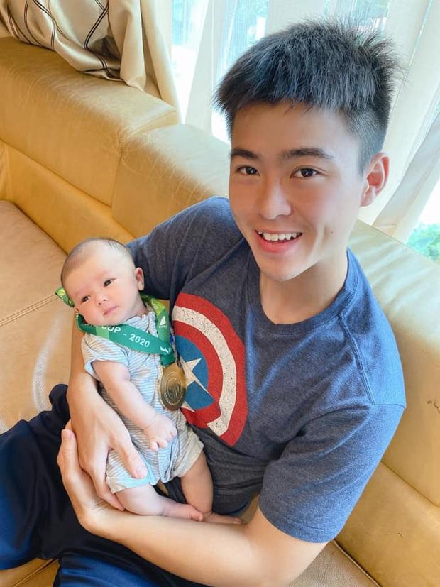 Hơn 1 tháng tuổi, con trai Duy Mạnh đã có huy chương vàng để đeo, biểu cảm cực đáng yêu nom giống bố như tạc - Ảnh 1.