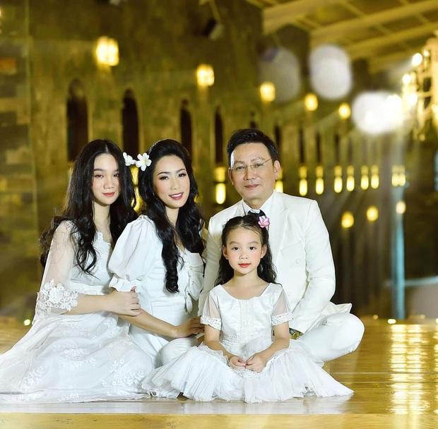 Xuất hiện trong loạt ảnh kỷ niệm 2 thập kỷ hôn nhân của bố mẹ, nhan sắc 2 ái nữ nhà NS Trịnh Kim Chi trở thành tâm điểm - Ảnh 10.